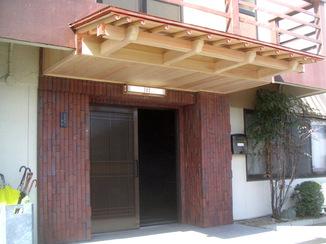 エクステリアリフォーム 桧を削って造ったこだわりの庇付き玄関